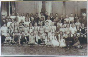 Klassenfoto mot den Lehrern Frl. Müller und Herrn Pagel (Geburtsjahrgänge 1925/26)